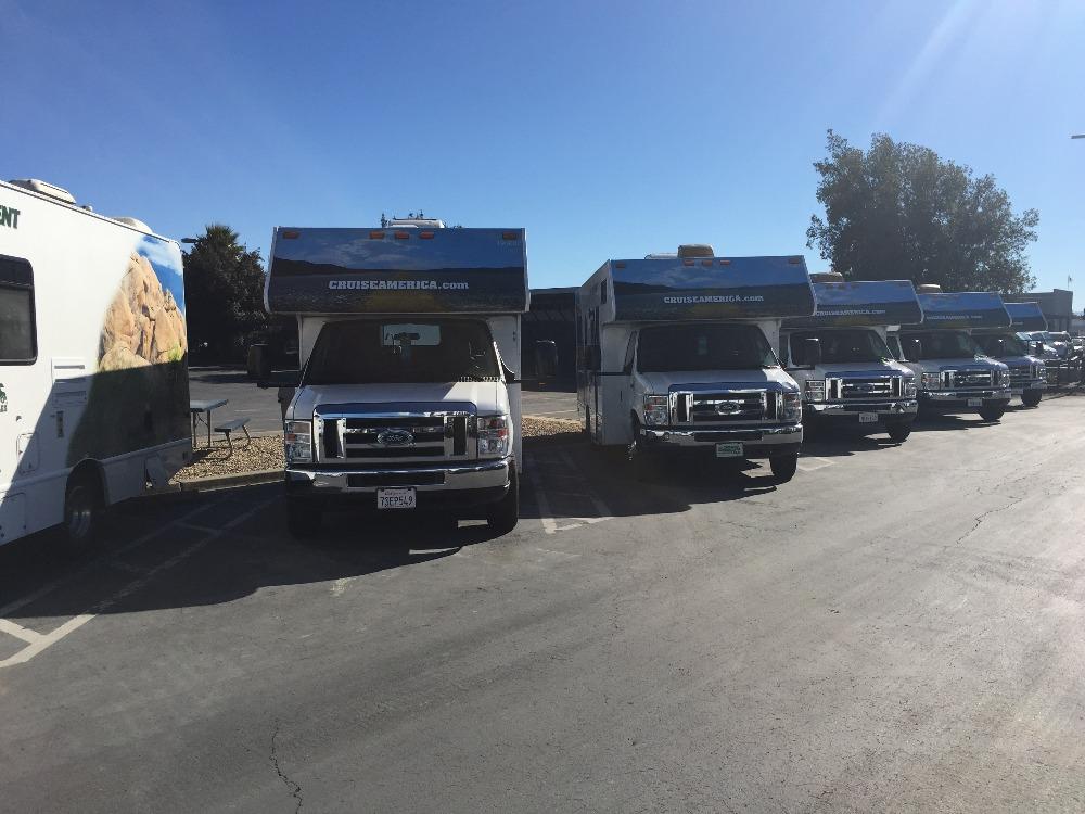Cruise Americas autocampere står side om side og venter på deres nye lejere