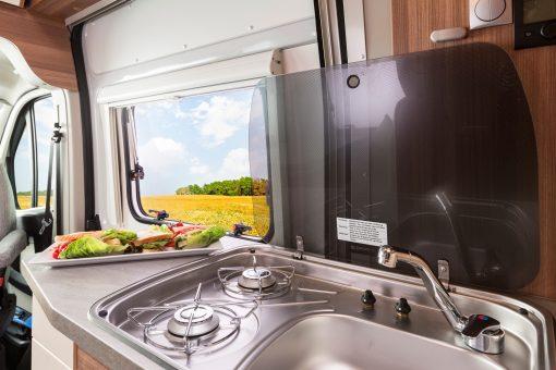 Apollo Duos køkken med vask og komfur