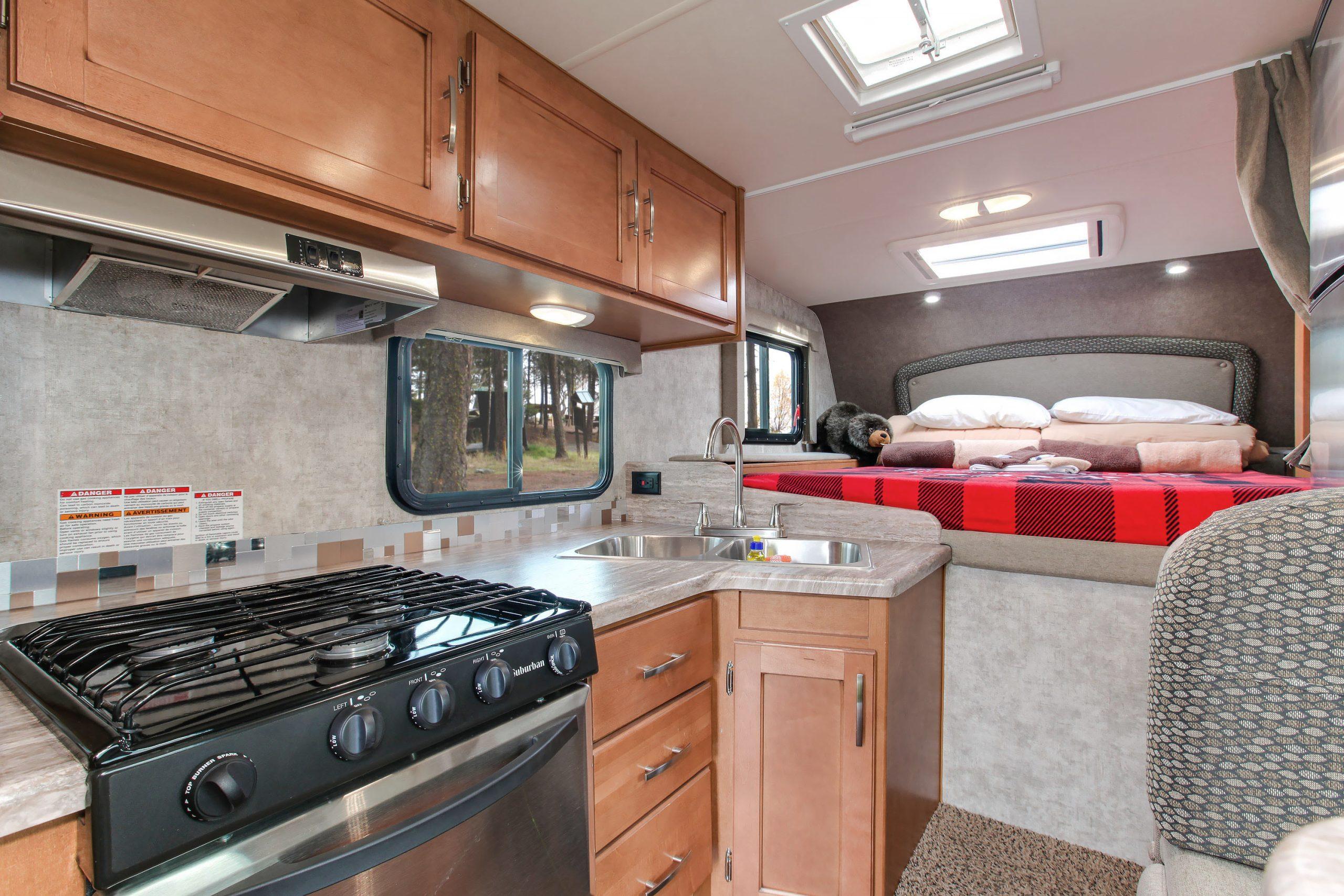 Truck Camper køkken og sengeplads