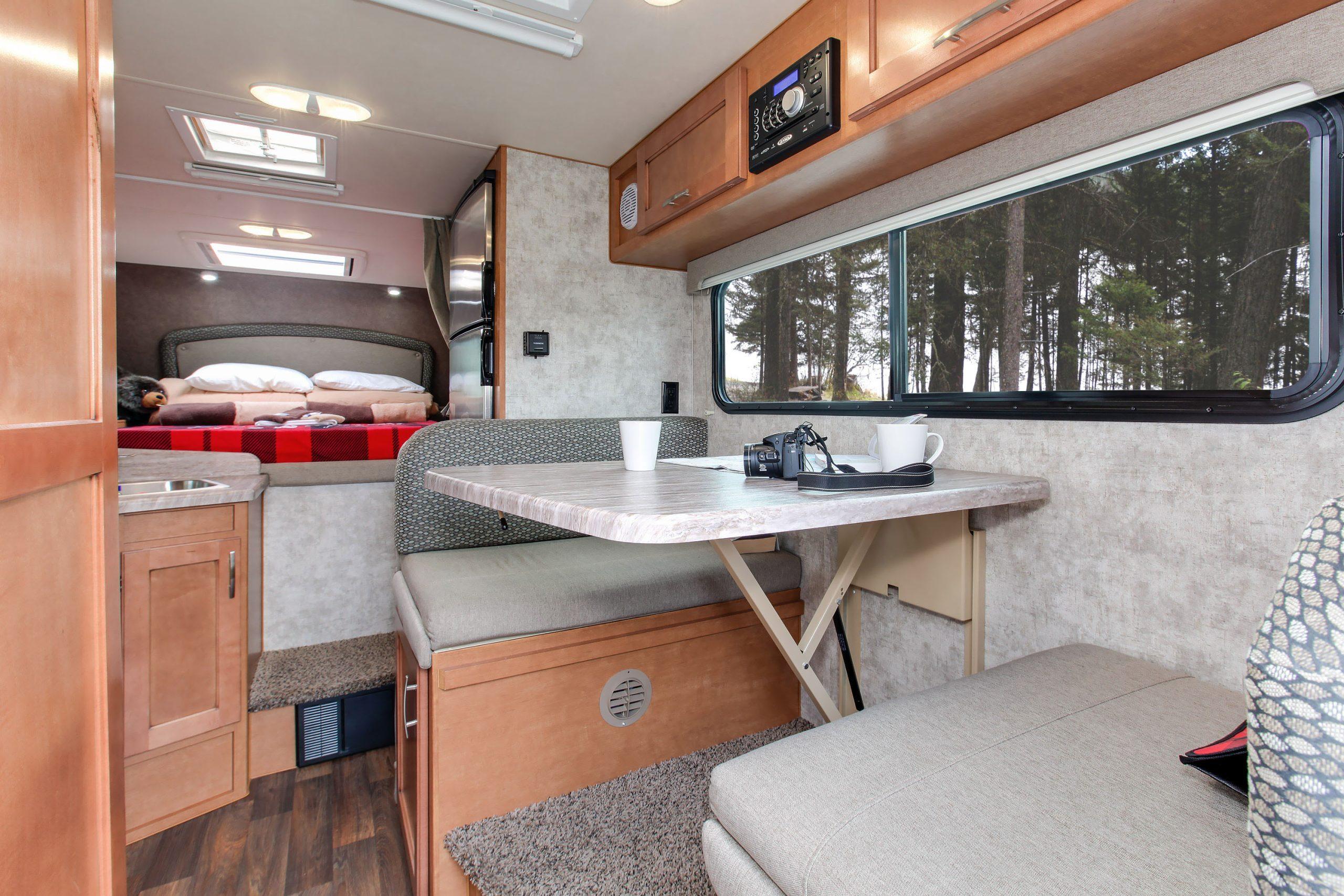 Spiseplads i Truck Camper fra Fraserway